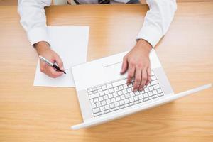 affärsman att skriva på datortangentbordet foto