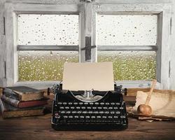 antik skrivmaskin med gammalt fönster foto