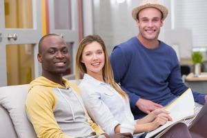 avslappnade affärsmän som sitter på soffan foto