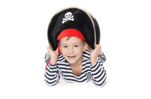ung pojke klädd som pirat över vit