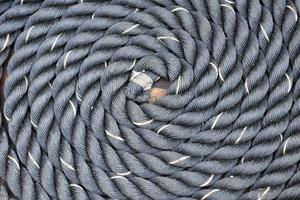 tjockt rep lindat i en spiral foto
