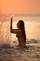 silhuetten av den vackra flickan foto