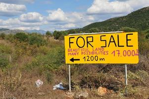 fastigheter eller byggande mark till salu foto