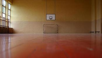 gym golvvy av basket hoop och hockey net foto