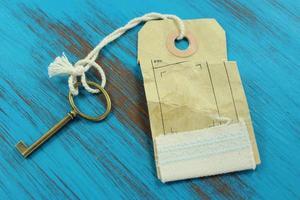 nyckeln till framgång. blå rustik träbakgrund. foto