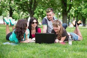 fyra universitetsstudenter som jämför sina anteckningar foto