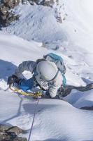 tjej klättra upp på isen foto