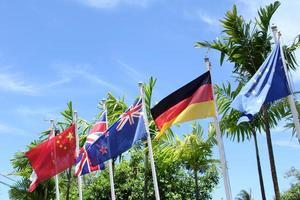 internationell flagga blå himmel foto