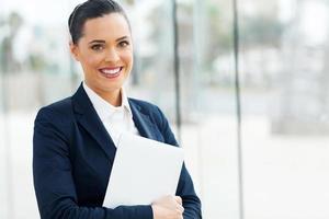 ung affärskvinna håller bärbar dator foto