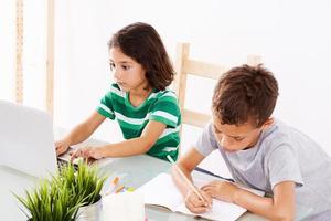 tillbaka till skolan. par barn som gör läxor foto
