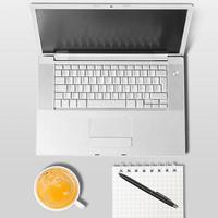 bärbar dator och kopp kaffe foto