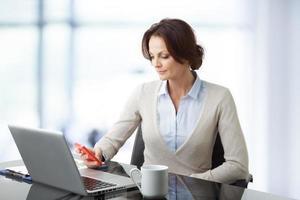 vacker affärskvinna med bärbar dator foto