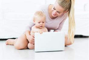 mamma och barn som använder bärbar dator foto