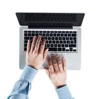 affärsman att skriva på en bärbar dator foto