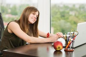studentflicka som arbetar vid datorn foto