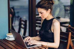 attraktiv affärskvinna som arbetar på sin bärbara dator foto