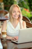 kvinna på café