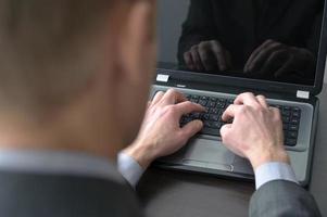affärsman händer på laptop tangentbord foto