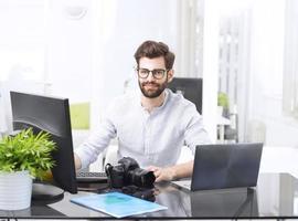 ung man som arbetar på datorn foto