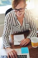 attraktiv affärskvinna med en nystartad verksamhet foto