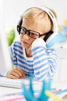 pojke vid datorn foto