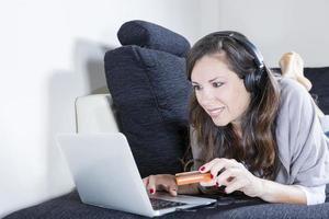 kvinna shopping online foto