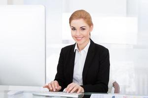 affärskvinna med dator foto