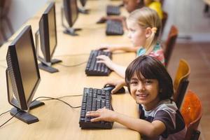 söta elever i datorklassen foto