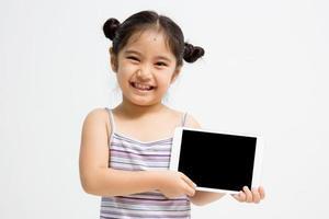 glad asiatisk tjej med surfplatta foto
