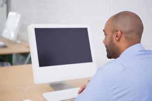 affärsman som använder datorn på kontoret foto