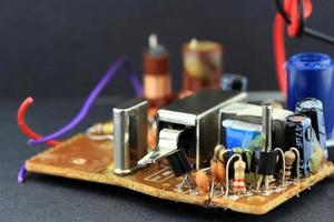 kretskort med elektroniska komponenter monterade på den foto