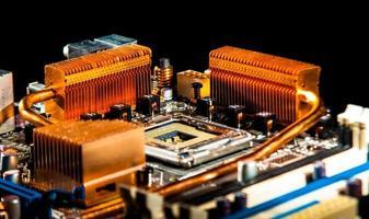kretskort med kopparradiatorer foto
