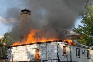 hus i brand foto