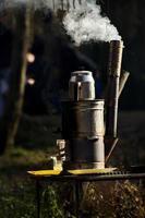 turkiska samovar på picknick foto