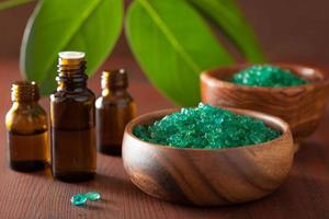 grönt örtsalt och eteriska oljor för hälsosamt spa-bad foto