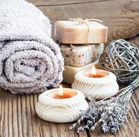 spa- och wellness-inställning med brinnande ljus och lavanderbukett foto