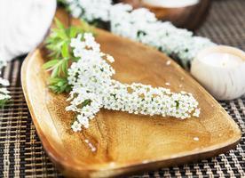 spa vita blommor foto