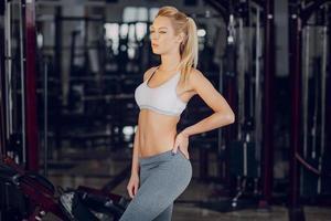 vacker blondin gör gymövningar foto