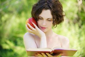 flicka med bok utomhus