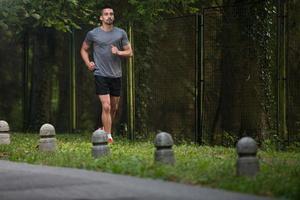 ung man springer utomhus på en härlig dag foto