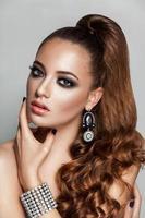 skönhet brunett mode modell tjej med långt friskt lockigt brunt foto