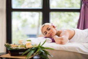 njuter av aromaterapi foto