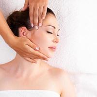 kvinna med massage av kroppen i spa salong foto