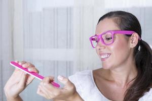 ung kvinna arkiverar naglar foto