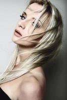 porträtt av ung vacker blond kvinna foto
