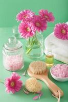 spa-aromaterapi med borste med gerbera blommor eterisk olja foto
