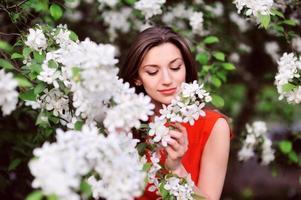 vacker vårflicka med blommor foto