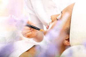 makeup artist tillämpad foundation foto