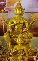 gyllene brahma staty