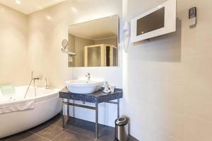 modernt badrum med badtunna